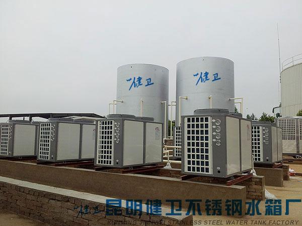 水箱类型:不锈钢保温水箱  水箱规格:45吨 2只  工程地点:昆明海口  工程时间:2012年08月 工程概述 该工程位于昆明海口,我公司为一工程承包商定制2*45吨的不锈钢保温水箱。水箱在我公司焊接制作,后运至工程安装地点,工程按照预期竣工验收。 工程实景